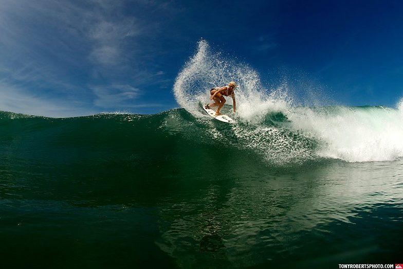 Tatiana surfing Costa, Playa Negra