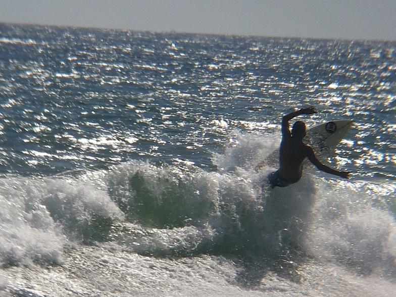 MARE ABAJO LOS POCITOS. SURFER KALANI FLORES