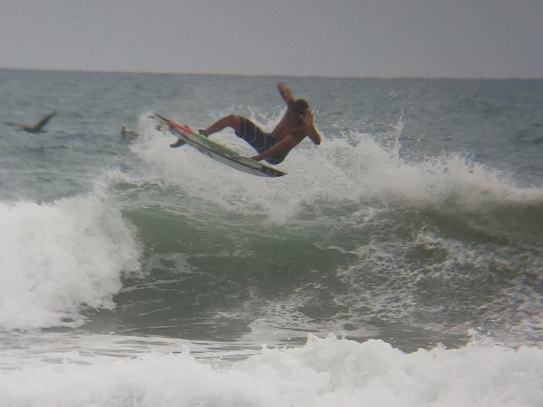 MARE ABAJO LOS POCITOS. SURFER: VICTOR AGUIRRE.  FOTO: @dajegadi