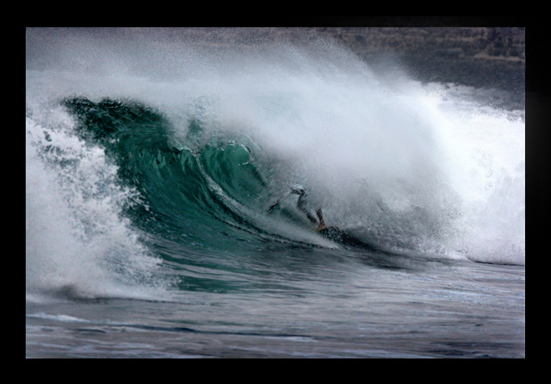sick shorebreak over the rocks, El Zunzal