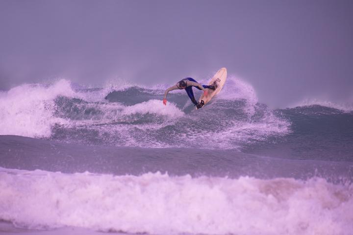 NEWQUAY TOWN BEACH SURFER DEC 2011
