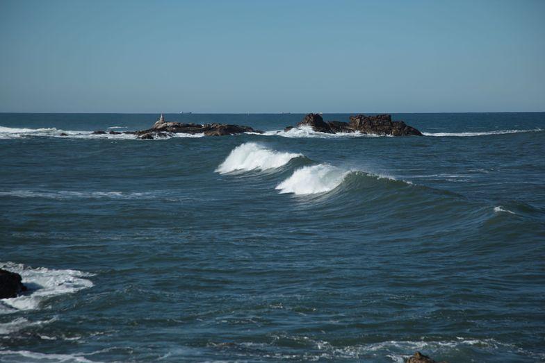Waves in rocky bay, Praia do Aterro